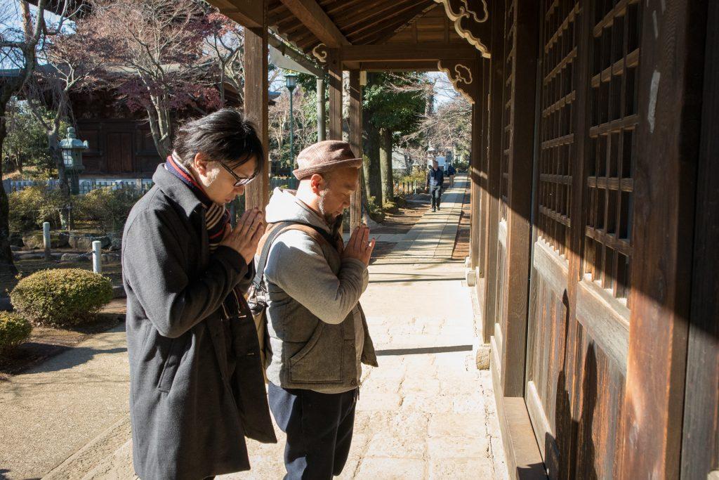 豪徳寺に参拝するユーリンク株式会社のWEBマーケティング事業部部長とシステム開発事業部部長